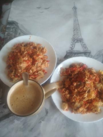 Горячее овощи с яйцом на сковородке