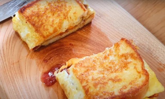 Тосты с сыром и клубничным джемом