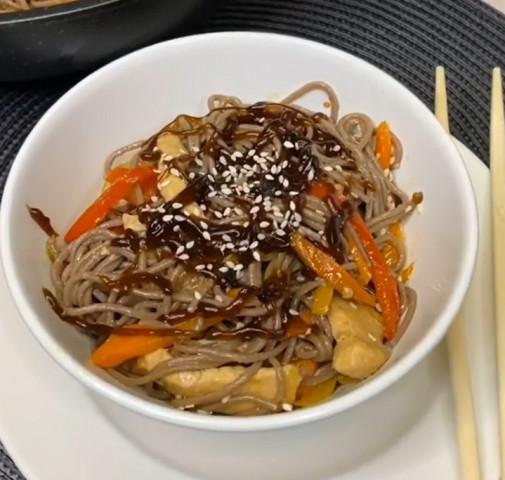 Гречневая лапша с овощами в соусе терияки