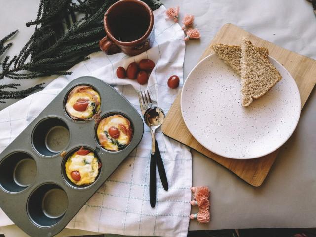 Яйца в формочках для маффинов