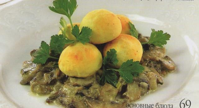 Картофельные шарики с грибным рагу
