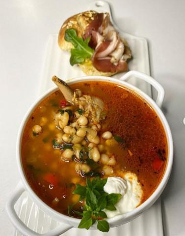 Томатный суп из цыплёнка с фасолью бланш