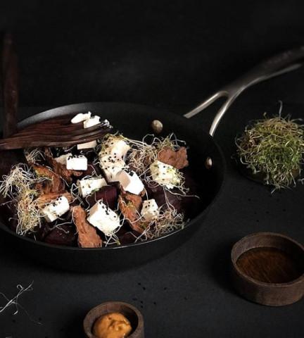 Теплый салат с обжаренной свеклой,сыром и ростбифом
