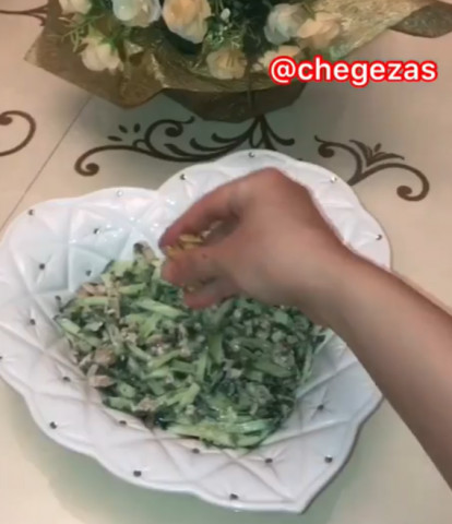 Салат с куриной грудкой и грецким орехом