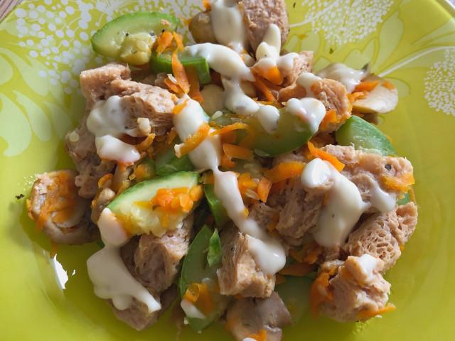 Соевое мясо, тушеное с овощами и грибами