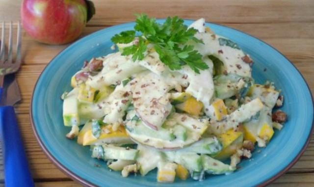 Салат из кабачков с творогом, яблоками и овощами