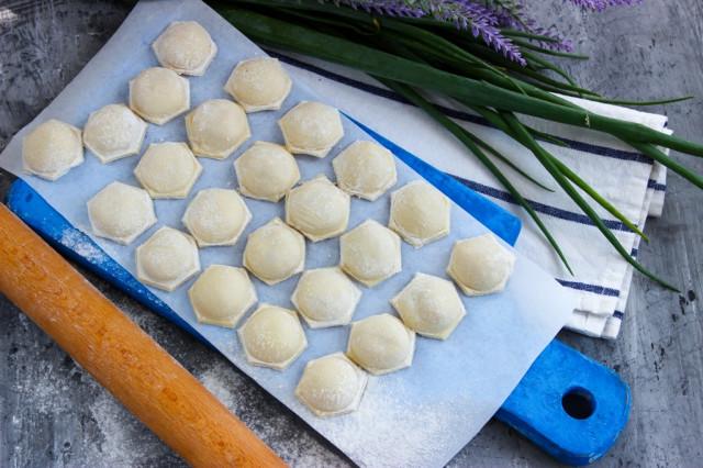 Рецепт сибирских пельменей — с начинкой из смешанного фарша (из свинины и говядины в пропорции 50:50) и репчатого лука.