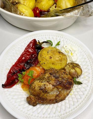 Сочные куриные бёдра с овощами в духовке