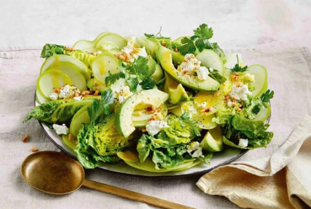 Салат с яблоком, авокадо и медово-горчичной заправкой