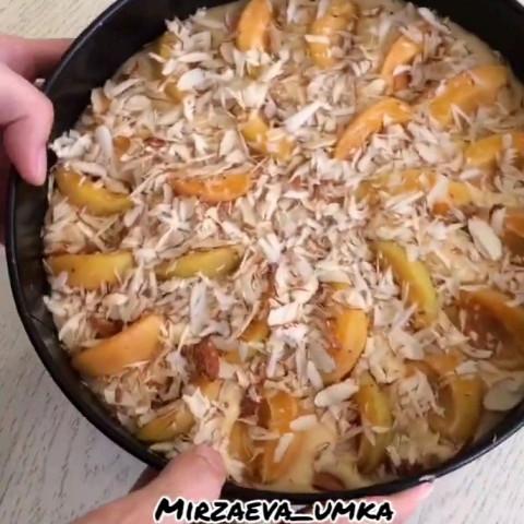 Пирог с абрикосами и миндальными хлопьями
