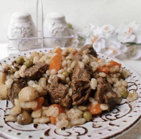 Перловая каша с мясом и грибами
