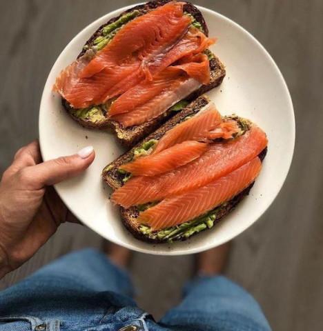 Бутерброд с лососем и авокадо