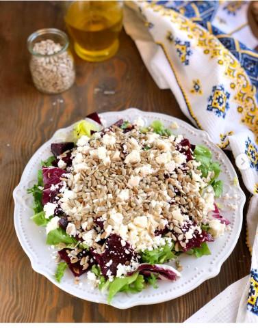Тёплый салат из свеклы, брынзы и семечек ⠀