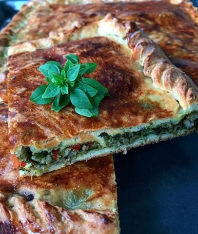 Пирог из слоеного теста с мясом, шпинатом и сыром