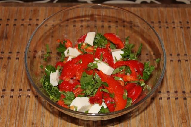 Салат из сладкого перца с брынзой и овощами