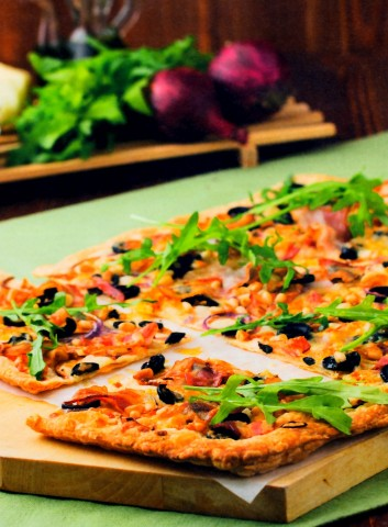 Пицца с беконом и моцареллой