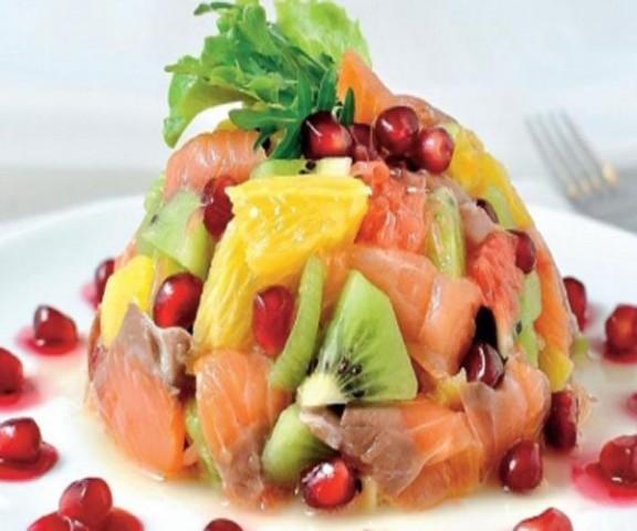 Салат из лосося с фруктами и овощами