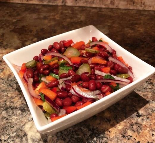 Быстрый салат с консервированной фасолью