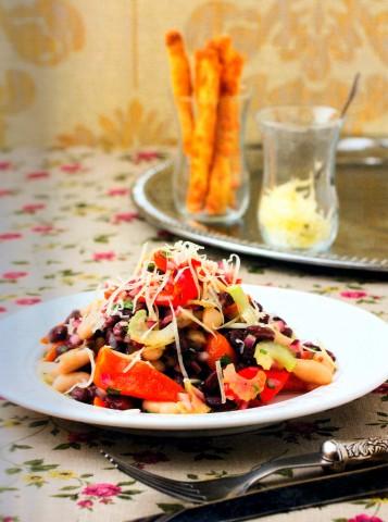 Пестрый салат из запеченного перца и консервированной фасоли