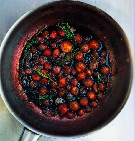 Карамелизованные луковички в свекольном соке