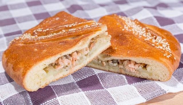 Пирог из слоеного теста с луком, копченой скумбрией и сыром