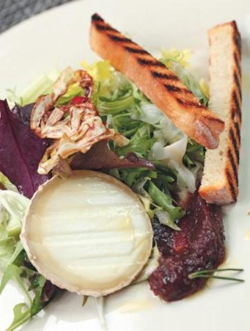 Дуболистный салат с кростини, козьим сыром и мармеладным луком