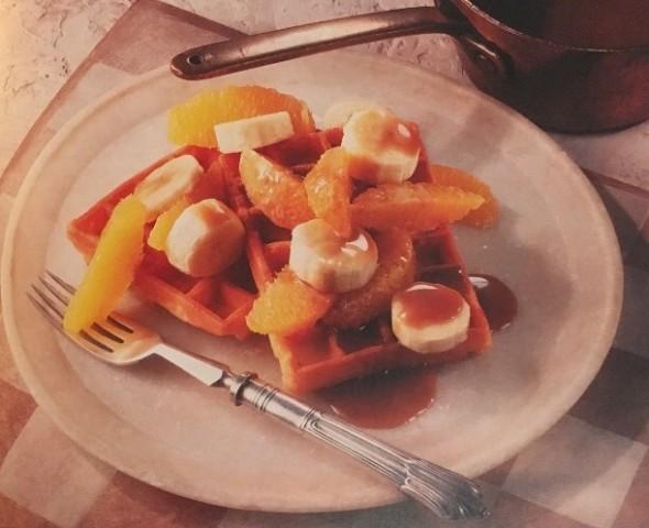 Вафли с фруктами и карамелью