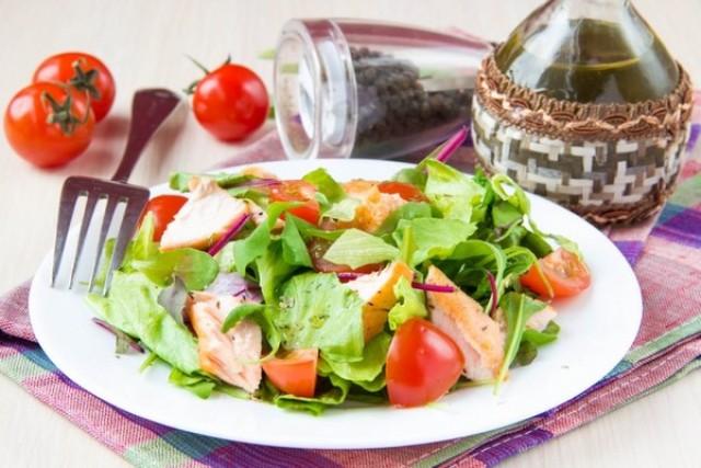 Зелёный салат с копченой горбушей