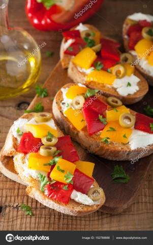 Брускетта с оливками и козьим сыром