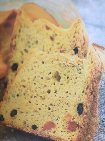 Тыквенный хлеб с тыквенными семечками, изюмом и курагой