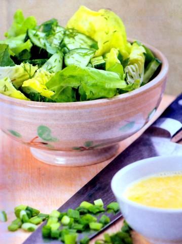Листовой салат с зеленью и огурцами