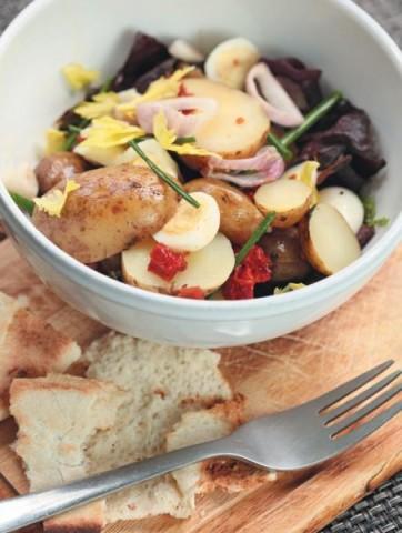 Картофельный салат с перепелиными яйцами и шалотом