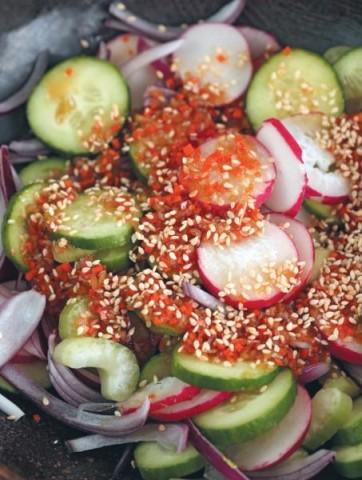 Овощной салат с кунжутной заправкой