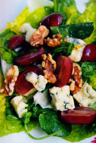 Зелёный салат с голубым сыром и красным виноградом
