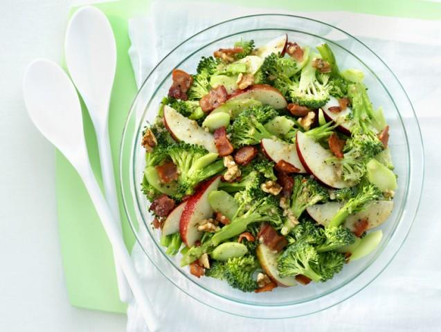 Салат из капусты брокколи с яблоками и зеленью