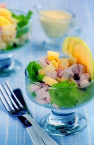 Салат из птицы с ананасом под соусом карри