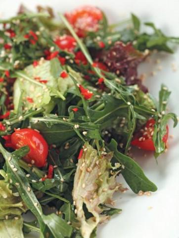 Салат с помидорами черри под кунжутной заправкой