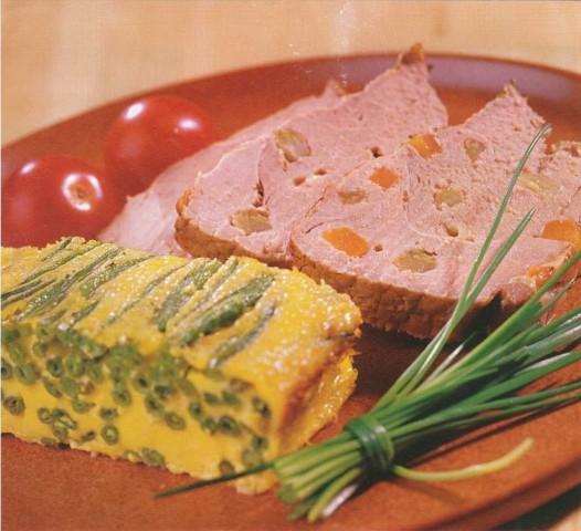 Свинина нашпигованная овощами и сыром