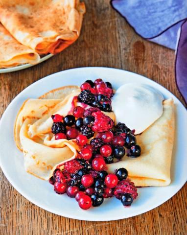Блинчики с ягодами и взбитыми сливками