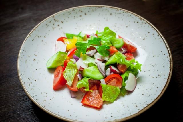 Салат с редисом и сырыми овощами