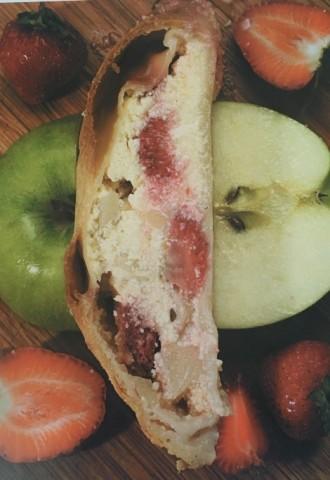 Творожный штрудель с клубникой и яблоками
