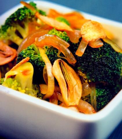 Жаренная брокколи с хрустящим чесноком и устричным соусом
