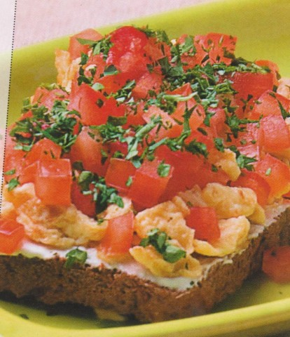 Бутерброд с яйцом и помидором