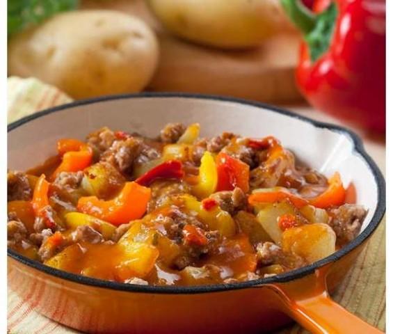 Закуска из холодного овощного рагу с зерновым хлебом