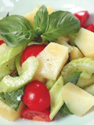 Салат из печеного картофеля, сельдерея и базилика