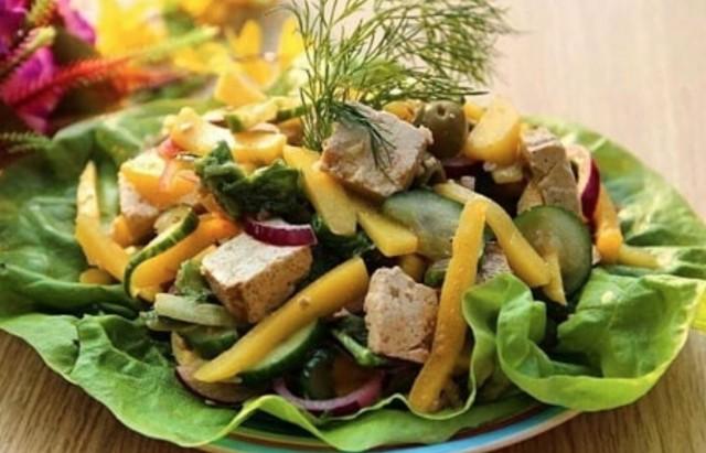 Салат с тофу, манго и овощами