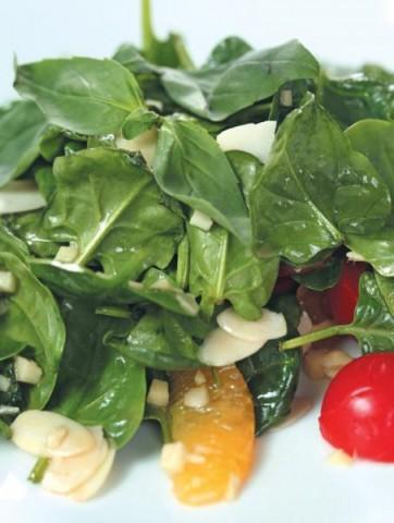 Салат из шпината с апельсинами и жареным миндалем