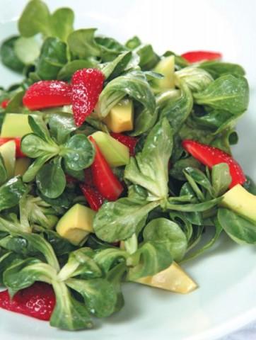 Салат корн с клубникой и авокадо под медовой заправкой