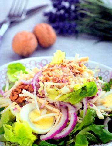 Салат из сельдерея с яйцом и орехами