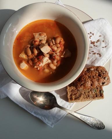 Суп с белой фасолью, красными овощами и индейкой